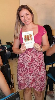Cássia Helena - ganhadora do sorteio do livro.   Escola de Formação Bento XVI Aula 1 - Curso do Credo / Em: 19/09/2015 Local: CEFAM Cúria Metropolitana de Manaus.