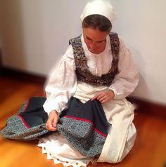 Euskal jantziak josteko aholkuak/ apuntes costura trajes tradicionales vascos Basque Country, Apron, Cosplay, Costumes, Pattern, Folk Clothing, Embroidery, Fashion, Gifs