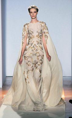 Espectacular vestido de Zuhair Murad (SS 2013) con capa y bordados en oro y plata #novias #vestidonovia