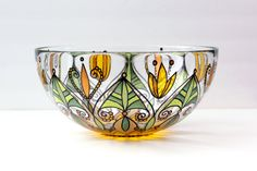 Shipping to Australia by boat + $ 125 CAD Beautiful glass bowl, piece unique, painted by hand by Joëlle Mercier. Diameter of 11 inches Height of 5 inches The motif represents a yellow sunflower flower and green foliage. Everything is painted under the glass and cooked, so can be used safely for food. Can be washed, but avoid putting in the dishwasher. Can be delivered outside the Canada, contact me privately with your contact information for the postage rate.
