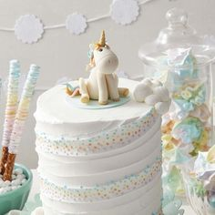 Whimsical Unicorn Cake - good idea for decorating the frosting.