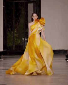 Georges Chakra Look Spring Summer 2019 Couture Collection - Stunning Yellow One Shoulder Slit Sheath Evening Maxi Dress / Evening Gown with a Train. Haute Couture Gowns, Style Couture, Couture Fashion, Runway Fashion, Fashion Vintage, Gothic Fashion, Juicy Couture, Georges Chakra, Yellow Evening Gown