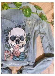 Customised Denim Jacket, Painted Denim Jacket, Painted Jeans, Painted Clothes, T Shirt Painting, Painting On Denim, Denim Art, Denim Ideas, Diy Clothes