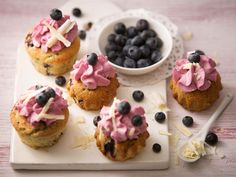 Mustikkaiset kuppikakut saavat makoisan sydämen ja kuorrutuksen sitruunavoin ja tuorejuuston seoksesta. http://www.valio.fi/reseptit/mustikka-cup-caket/  #valio #resepti #ruoka #recipe #food