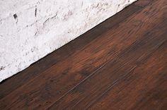 Interior design recupero parquet a tre strati in legno di rovere. le tavole di questa pavimentazione in legno hanno varie dimensioni, sono bisellate e presentano i caratteristici nodi e venture del rovere, mentre le SESTINI E CORTI