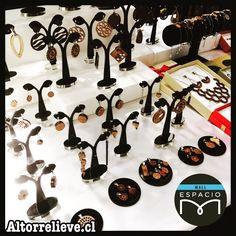Todo listo! Estamos en #FeriaChic en #MallEspacioM! Desde hoy 23 al 28 de Noviembre! Creamos nuevos diseños en Raulí y Acero Quirúrgico con la calidad de siempre!  Te esperamos!  #altorrelieve #feria #expo #mallespaciom #aros #conjuntos #chakras #mandalas #madera #rauli #aceroquirurgico #acero #kit #set #aros #pulseras #collar #colgante #flordelavida
