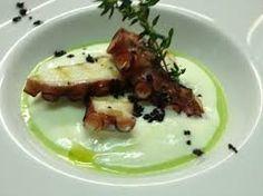 Polipo su spuma di patate con polvere di olive nere. Un piatto di alta ristorazione ma facilissimo da preparare in casa. Bella figura assicurata!