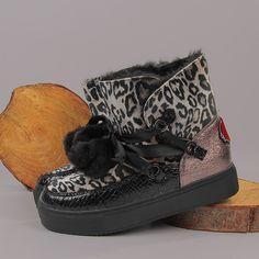 ⚡ Botas refinadas y excéntricas de Cafe Noir ⚡  Este calzado está compuesto por teciopelo moteado, un estampado coco a lo largo de los bordes y dos suaves pompones decorativos. ✨   #Botas #CafeNoir #Primichi Coco, Boots, Winter, Fashion, Fall Season, Pom Poms, Footwear, Fall Winter, Crotch Boots