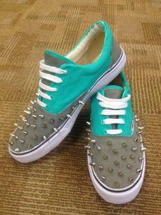 b6ab4e5b3d Custom Vans Authentic with Spikes Zapatos Pintados, Zapatos Cómodos, Zapatos  Hermosos, Converse Personalizados