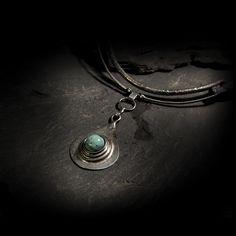 Náhrdelník EchoEs Náhrdelník EchoEs je zhotoven ze silně pocínované mědi (byl použit čistý cín bez příměsí) a tyrkysu, který jsem vybrousil a vyleštil do tvaru, který máte možnost vidět. Velikost šperku: cca 6 x 4 cm, celková velikost je cca 8 cm Délku koženého řemínku upravíme podle Vašeho požadavku. Ke zhotovení náhrdelníku nebyl použit žádný kupovaný ...