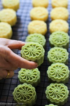 Chinese dessert mung bean cake is a perfect dessert in hot summer. Baking Recipes, Cake Recipes, Dessert Recipes, Mung Bean Cake Recipe, Food Design, Chinese Moon Cake, Mooncake Recipe, Comida India, Asian Cake