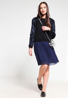 7ed9689a32 ¡Consigue este tipo de falda plisada de Minimum ahora! Haz clic para ver los