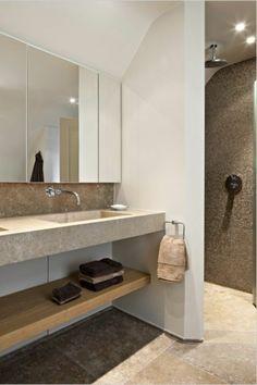 salle de bain taupe avec miroir mural et murs blancs sol en grands dalles beiges