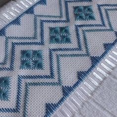 Manuela Barrera's media content and analytics Bargello Needlepoint, Broderie Bargello, Hardanger Embroidery, Cross Stitch Embroidery, Hand Embroidery, Embroidery Designs, Swedish Weaving Patterns, Crochet Christmas Wreath, Hand Knit Scarf