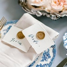Give new life to the age old traditional wax seals like embellishing deckled-edge place cards with these gold beauties from @artisairepro ✨ ⠀ Monogrammed wax seals elevate the look in so many ways - on invitations, envelopes, calling cards, and even gift tags! . . . Calligraphy / @lazycreekdesigns Photography / @samikathryn . . . #personalizedwaxseal #waxseal #weddingwaxseal #weddingmonogram #couplesmonogram #2lettermonogram #weddingdecor #southernwedding #antiquemonogram…