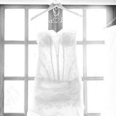 Cabide personalizado Arame de Ideias. Adoro essa foto.  #aramedeideias #cabidepersonalizado #noiva #vestidodenoiva : Dois Cliques