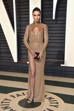 Model Adriana Lima attends the 2017 Vanity Fair Oscar Party hosted by Graydon Carter at Wallis Annenberg Center for the Performing Arts on February 2017 in Beverly Hills, California. Estilo Adriana Lima, Adriana Lima Style, Celebrity Red Carpet, Celebrity Look, Celebrity Dresses, Gold Dress, Dress Up, Gold Gown, Glamour