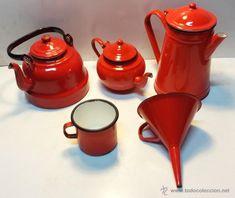 Cozy Kitchen, Red Kitchen, Kitchen Decor, Cuisines Diy, Vintage Enamelware, Tea Service, Chocolate Pots, Color Of Life, Vintage Dolls