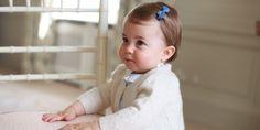 Je to již rok, kdy se Kate a Williamovi narodila dcerka Charlotte Elizabeth Diana. S jejími fotkami rodina šetří a na veřejnost je pouští jen sporadicky. Zajímavostí je, že zatím všechny veřejné fotila sama Kate.