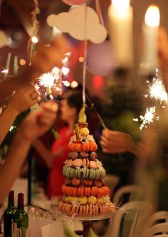 macaron cake with daisies and sparklers, and this is perfect.