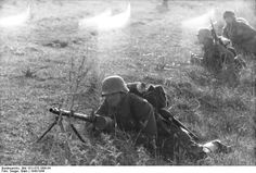 A German soldier with an MG 34 machine gun at Nettuno in Italy (near Anzio). German Soldiers Ww2, German Army, Mg34, Female Marines, Afrika Korps, Germany Ww2, German Uniforms, Army & Navy, History Photos