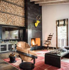 cheminée-salon-pierre-grise-fauteuils-design-table-cloutée