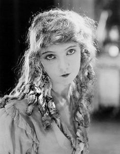 Mary Pickford with Lillian Gish Golden Age Of Hollywood, Hollywood Stars, Classic Hollywood, Old Hollywood, Hollywood Glamour, Dorothy Gish, Lillian Gish, Silent Film Stars, Movie Stars
