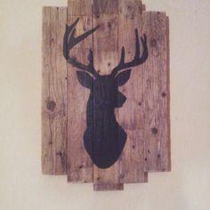 Tableau tête de cerf noire sur bois de palette