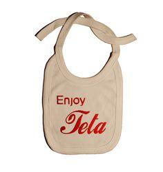 Si no encuentras un regalo de bebé a tu gusto, en Tiernacos lo encontrarás. Este babero original de Enjoy teta es perfecto para el chiquitín o chiquitína, especialmente si habéis optado porque el peque se alimente de pecho cuanto más tiempo mejor.  Es el regalo de bebé perfecto. Conseguirá sonrisas ahora y en un futuro. A tu bebé le encanta la leche de mami y qué mejor que se lea bien alto y bien claro haciendo un homenaje a la famosa marca de refresco de cola.