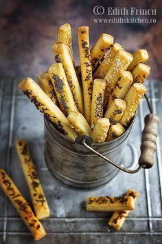 Saratele cu telemea, varianta clasica, fragede si gustoase, cu topping de mac, chimen sau susan.