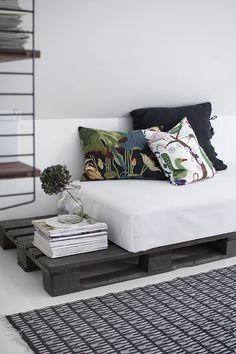 [#DIY] : Comment faire un canapé ou une banquette avec des palettes en bois, pour l'intérieur ou bien pour aménager son extérieur ? ️ Retrouvez notre tuto sur le blog