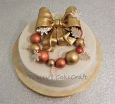 Christmas bauble wreath cake