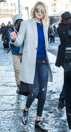 Love the coat! Gigi Hadid wearing a long grey coat, cobalt crew neck sweater, cropped skinny jeans with textured striped along the knees and distressed areas throughout, and metallic pointed-toe shoes Street Style Outfits, Nyfw Street Style, Street Wear, Mode Chic, Mode Style, Look Fashion, Winter Fashion, Net Fashion, Fashion Photo