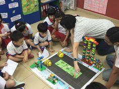 Niños de cuatro años de Singapur juegan con BeeBot, una abeja robot con la que aprenden programación. Home And Family, Coding, Creative, Drones, Schools, Magazine, Tecnologia, School, Singapore