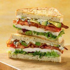 Sandwich de Aguacate y Pollo.  Pan, lechuga, tomate, aguacate, queso azul y pechuga de pollo. Recetas de Pilar Sampere: 1/12/09 - 1/01/10