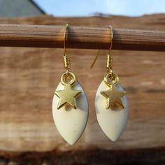 Boucles d'oreilles émail écru et dorées avec étoile