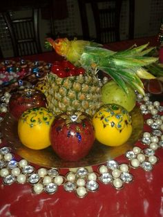 Fruit plater with pineapple bird carving on top Vegetable Decoration, Pineapple Art, Creative Food Art, Food Displays, Yummy Treats, Wedding Decorations, Carving, Entertaining, Bird