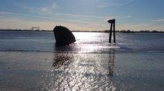 Hamburg am 8. Februar 2015 an der Elbe. Blick auf das Schiffswrack bei Gegenlicht. Fotografiert mit dem Galaxy Note Edge. Ohne Bildbearbeitung.