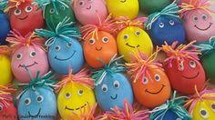 Knautschgesichter Materialien: - Luftballons (×2) - Vogelsand - Trichter - PET-Flasche - Löffel - Wolle - Sekundenkleber - Schere - Wackelaugen - Permanentstift Anleitung: Vogelsand in Flasche füllen Ballon aufblasen und auf Flasche stülpen Flasche umdrehen Luft auslassen und Ballon verknotet zweiten Ballon über den bereits befüllten Ballon stülpen Gesicht darauf