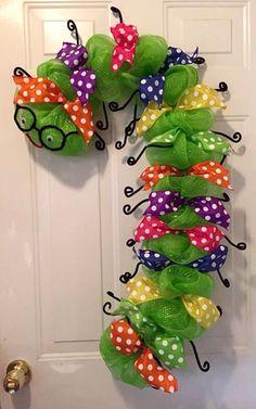 Bookworm wreath, back to school wreath, teacher appreciation wreath, classroom wreath, library wreath Classroom Wreath, Teacher Wreaths, School Wreaths, Wreath Crafts, Diy Wreath, Diy Crafts, Wreath Ideas, Wreath Bows, Mesh Wreath Tutorial