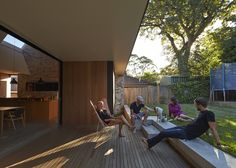Love the outdoor space and the step up to the lawn   Skylight House,© Peter Bennetts
