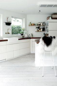 Scandinavian-style-danish-house-white-kitchen-dark-wood-table-top.jpg (378×567)