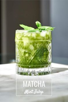 A matcha mint julep is easy to make with just 5 ingredients - matcha, mint, brown sugar & water (brown sugar simple syrup!), and bourbon. #bourbon #cocktail #greentea #matcha Green Tea Cocktail, Cocktail And Mocktail, Iced Tea Cocktails, Refreshing Cocktails, Tea Drinks, Alcoholic Tea, Brown Sugar Simple Syrup, Matcha Drink, Green Tea Ice Cream