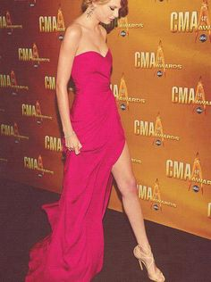Taylor Swift wearing Lance at the Annual CMA Awards November Taylor Swift Cma, Taylor Swift Legs, Taylor Swift Style, Taylor Swift Pictures, Strapless Dress Formal, Prom Dresses, Long Dresses, Cma Awards, Celebrity Dresses