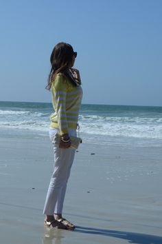 Today's outfit on the beach, spring time! | Look do dia na praia: Calça branca e tricô listrado.
