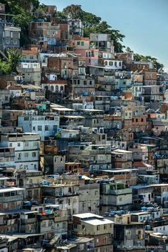 Pavão, favela spalle Copacabana Favelas Brazil, Foto Do Goku, Blue Sky Studios, City Of God, Travel Sights, Environment Concept Art, Slums, Urban Life, Art Deco