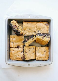TFor when you can't decide between sweets! A rich cocoa powder and chocolate chip brownie topped with a salty chocolate chunk blondies-like cookie. They taste great with ice cream! Brownie Toppings, Cookie Brownie Bars, Brownie Recipes, Cookie Recipes, Dessert Recipes, Chocolate Chip Brownies, Chocolate Chip Cookie Dough, Delicious Desserts, Yummy Food