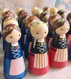 Wood Peg Dolls, Clothespin Dolls, Articles En Bois, Dolly Doll, Homemade Dolls, Doll Painting, Wooden Pegs, Kokeshi Dolls, Little Doll