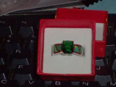 LOOK!!! A STUNNING STERLING SILVER EMERALD AND BLUE FIRE OPAL RING SIZE 8