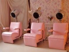 Could this be a hint we need a Beauty Saloon in Toronto? Vintage Hair Salons, Salon Style, Salon Design, Pink Princess, Beauty Shop, Vintage Beauty, Pretty In Pink, Interior And Exterior, Miniature